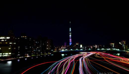 隅田川大橋からスカイツリーと屋形船の軌跡を撮影